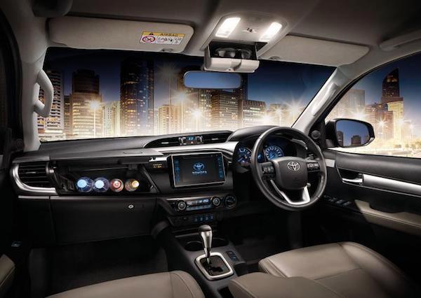 ภายใน Toyota Hilux Revo เดิม ส่วนใหญ่จะเน้นไปทางสีเบจ ไม่เหมือนแผงแดชบอร์ดที่เป็นสีดำตัดเงิน