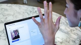 imagen de una mujer haciéndose una foto en un portátil