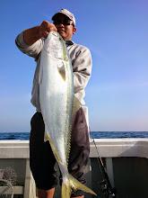 Photo: おおー! ぶりキャッチ!8.2kgでした!よく引きました!「タコ船頭!ブリやっかー!ヒラス釣らせろっ!」 ・・・脅しに耐える船頭さん。可哀そう。
