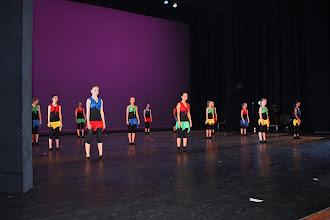 Photo: Dansvoorstelling: Muziek- en dansavond in de schouwburg Enschede Rechts sta ik: blauw rokje en rood hemdje