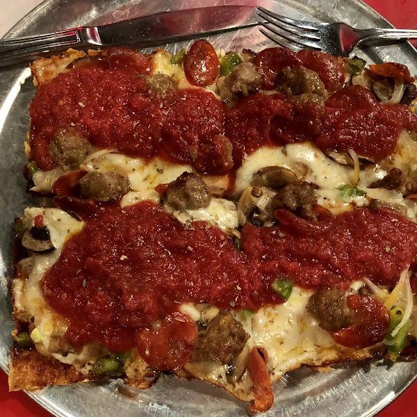 Ominivore in gluten free crust.
