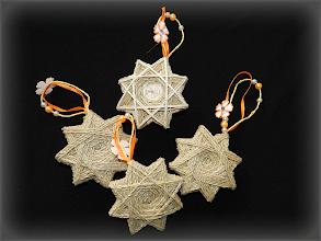Photo: Steluţe din sfoară cu sclipici Materiale : carton,  sfoară albă, sclipici cu lipici Dimensiuni: 9 cm x 9 cm Fiecare stea este unicat Preţ : 8 lei/bucată