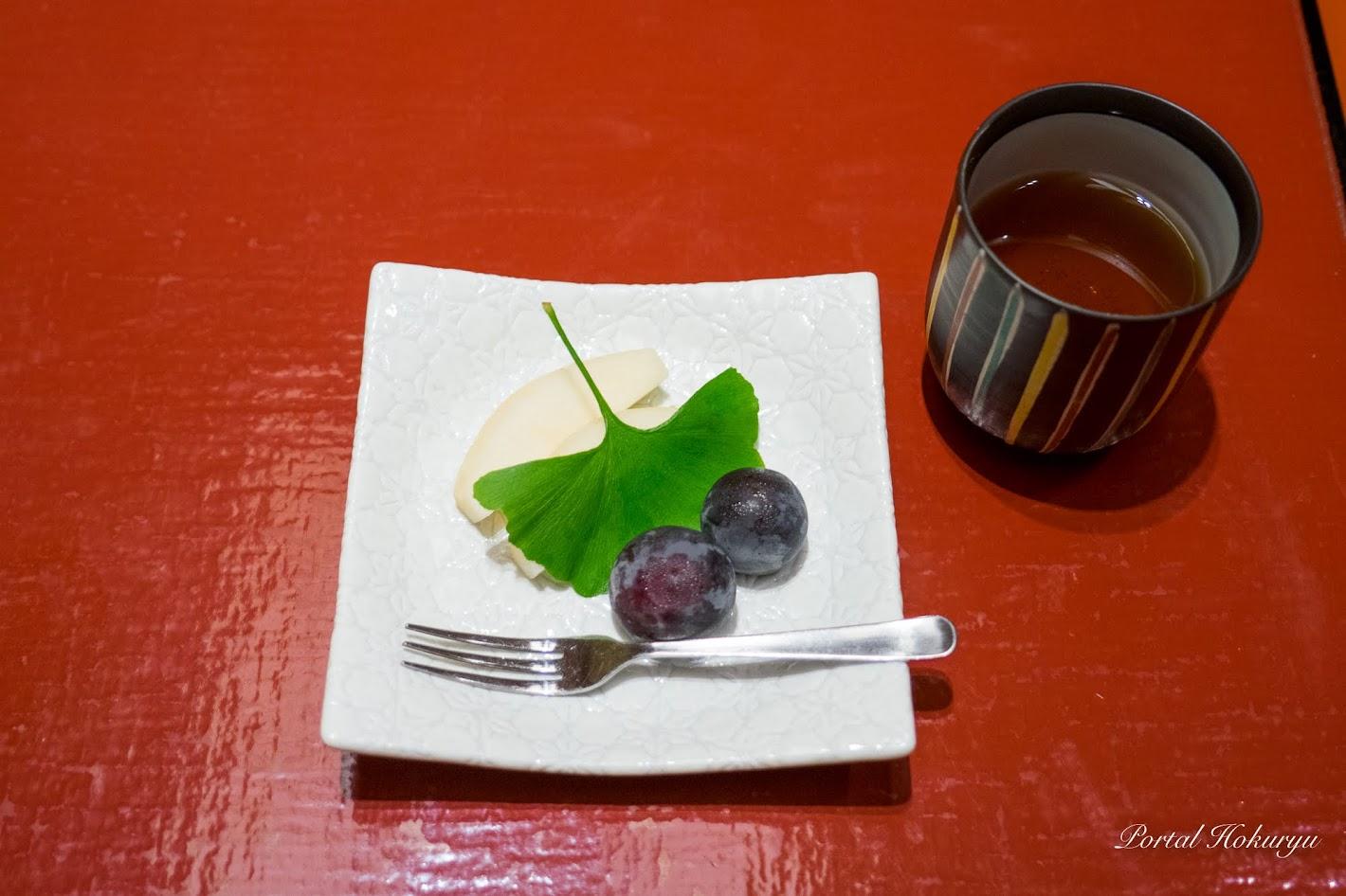 水菓子:果物(洋梨、ぶどう)