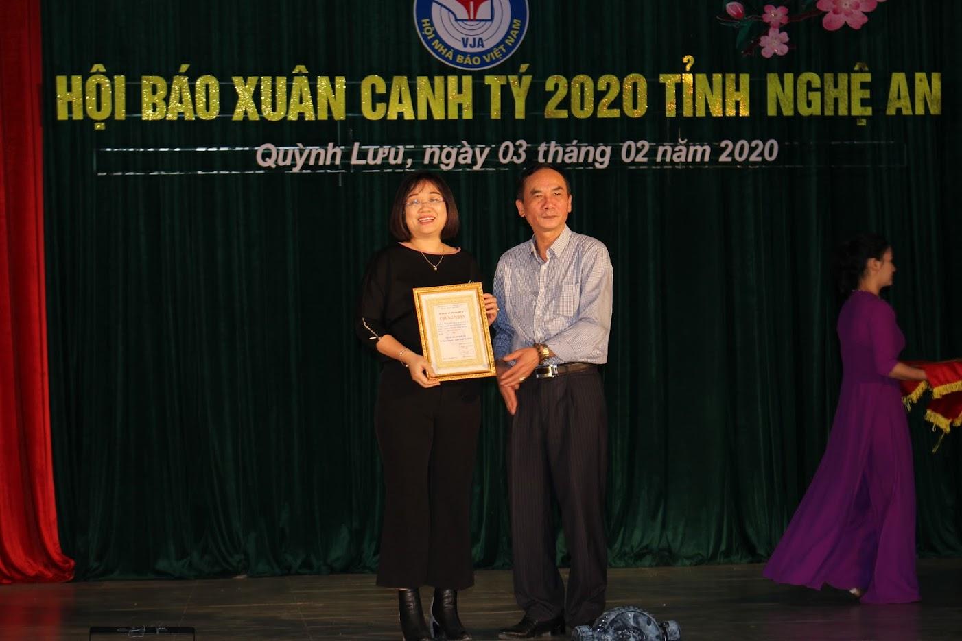 Đại tá Lê Xuân Hoài, Phó Giám đốc Công an tỉnh Nghệ An trao giải nhì cho tác phẩm truyền hìnhg xuất sắc