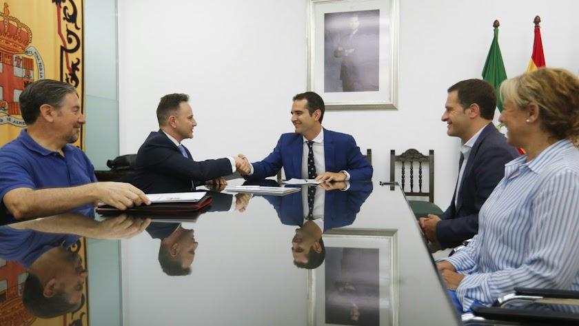 Momento de la firma entre Ramón Fernández-Pacheco y Rubén Margallo