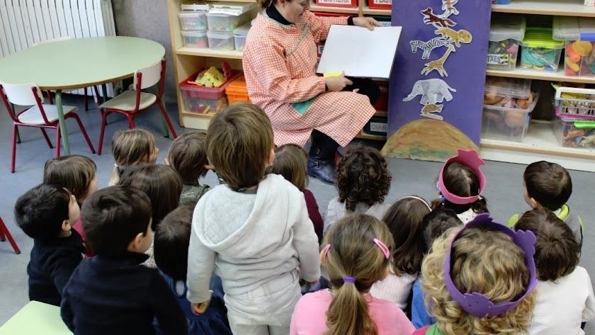 Una maestra de Educación Infantil en clase.