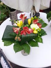 Photo: bouquet premier marché nocturne Etoile sur rhône juillet 2015 avec freesias jaune, alstroemerias rouge feuillages aspidistra enroulés (grosse feuille verte foncée) et salal (vert clair).  prix 15 euros