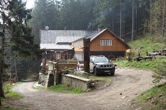 """Photo: kousek pod vrcholem na Polské straně je horský turistický dům """"""""Pod Biskupią Kopą"""" (pod Biskupskou kupou). Chata leží v nadm.výšce 850 m.n.m."""