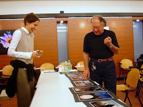 Photo: Laura MARCOLINI legge il portfolio di Tullio MAREGA