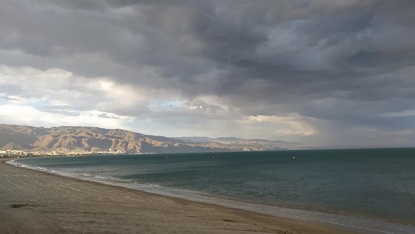 Playa del Puerto de Roquetas, con Aguadulce al fondo.