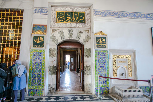 Main entrance to the Audience Chamber, with the small fountain of Suleiman I to the right, and a gifts window to the left.