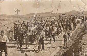"""Photo: Bajada de Santa Cruz, 3 Mayo 1956, con los """"Ramos"""" a la altura de El Cantadero (Fotografía enviada por Saul Herrero)"""