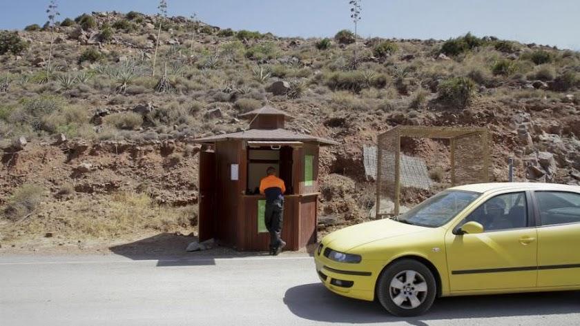 Punto de control del acceso a las playas del Poniente de San José.