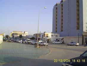 Photo: Der Bürgersteig links ist nur gepflastert, weil daneben ein Bamis-Bank Gebäude ist.