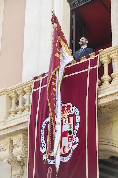 El alcalde de Almería, Ramón Fernandez-Pacheco, con el Pendón en el balcón del Ayuntamiento.