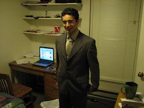 Photo: 26 Şubat 2006 - İş görüşmesine falan gidiyorum herhalde. Takım pek olmamış. Bunu lise mezuniyeti için 2001 de almıştık galiba. Sağdaki yeşil bardak kırıldı ama hala kırık haliyle dolabımda duruyor. Kravat bağlamasını hala bilmiyorum.