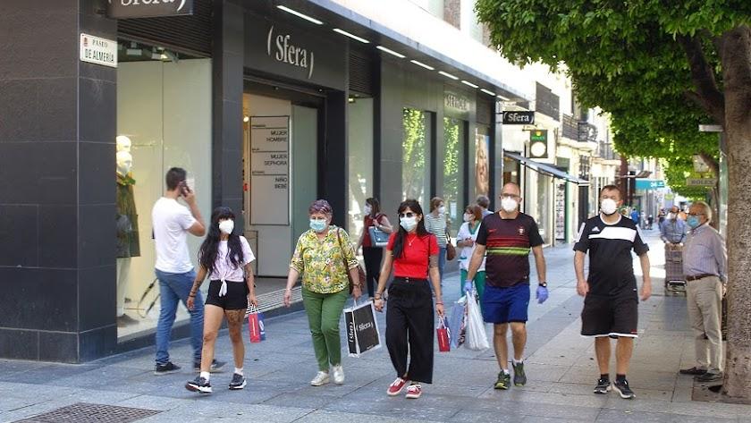 Viandantes con mascarilla en el Paseo de Almería.