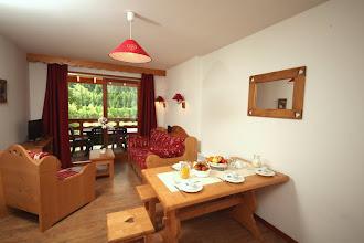 Photo: Coin salon et coin salle à manger d'un appartement de la résidence