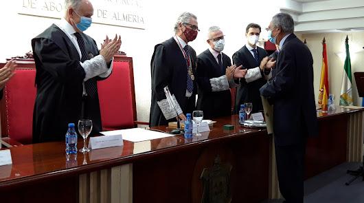 El notario Francisco Balcázar, reconocido por el Colegio de Abogados de Almería