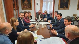 Reunión entre representantes del Ayuntamiento y de la Diputación Provincial en Alcaldía.