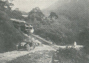 Photo: Cruzamento da Estrada de Ferro Leopoldina Railway com a antiga Estrada da Estrela, hoje chamada de Estrada da Serra Velha. Foto de 1926