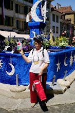 Photo: Margrit Siegrist übergibt als Dank den beiden Führern und der Führerin ein Präsent der Stadt Liestal