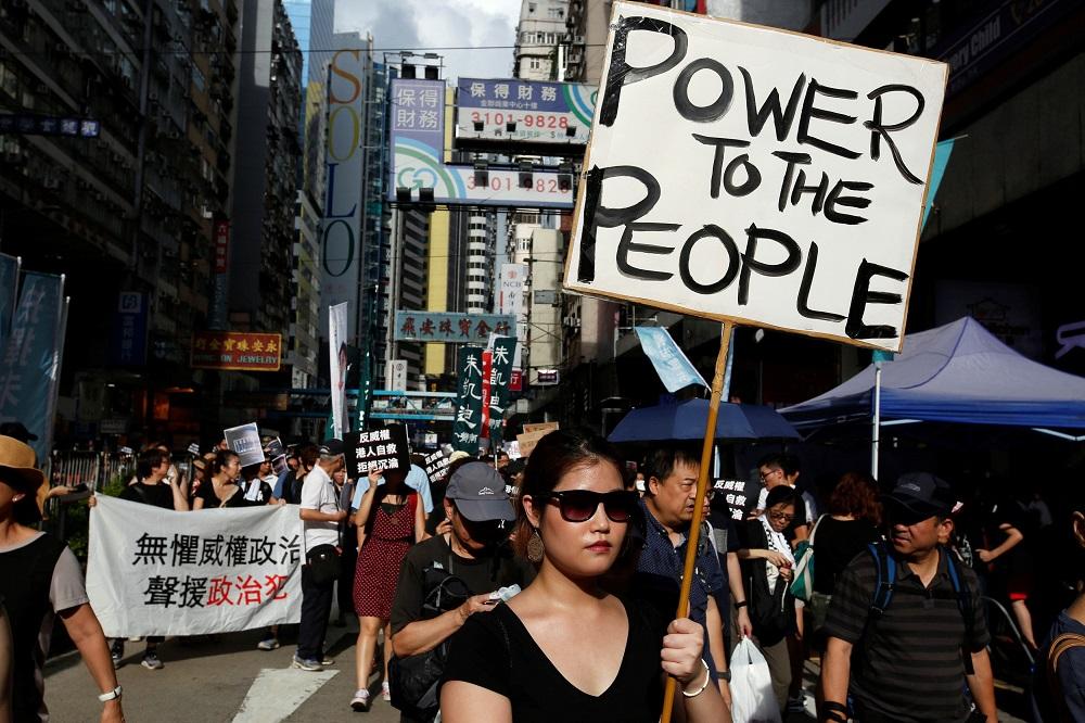 Hong Kong is nog steeds 'n poeiervat as die gebeure begin kanselleer