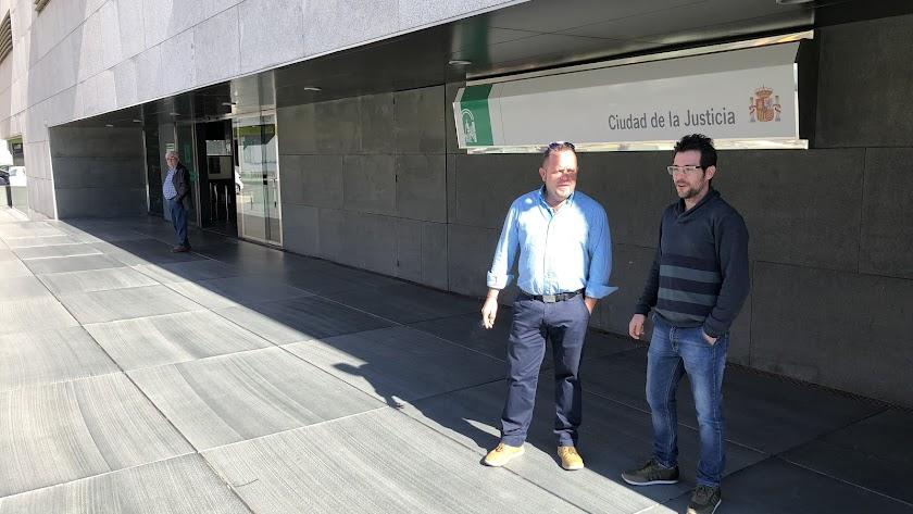 Los tíos  del pequeño Sergio Fernández, ayer en los juzgados de Almería