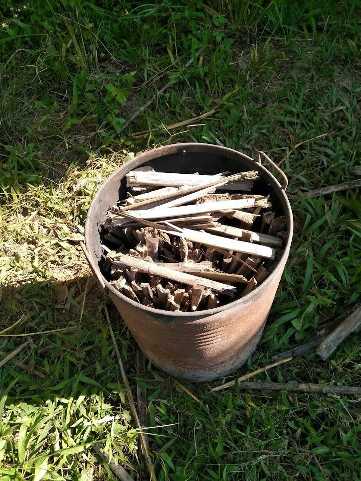 小さいドラム缶。中に竹。