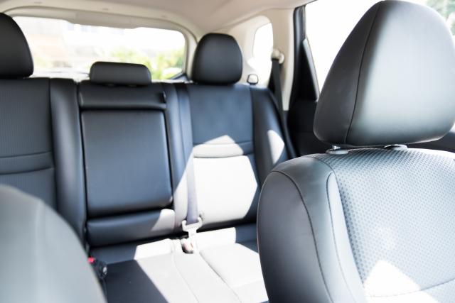 車の後部座席  中程度の精度で自動的に生成された説明