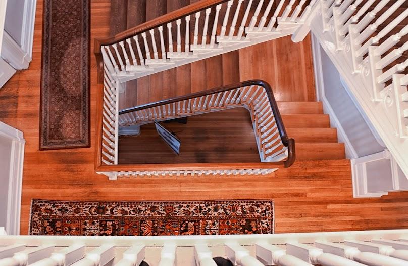 Drewniane schody posiadają szczególny urok.