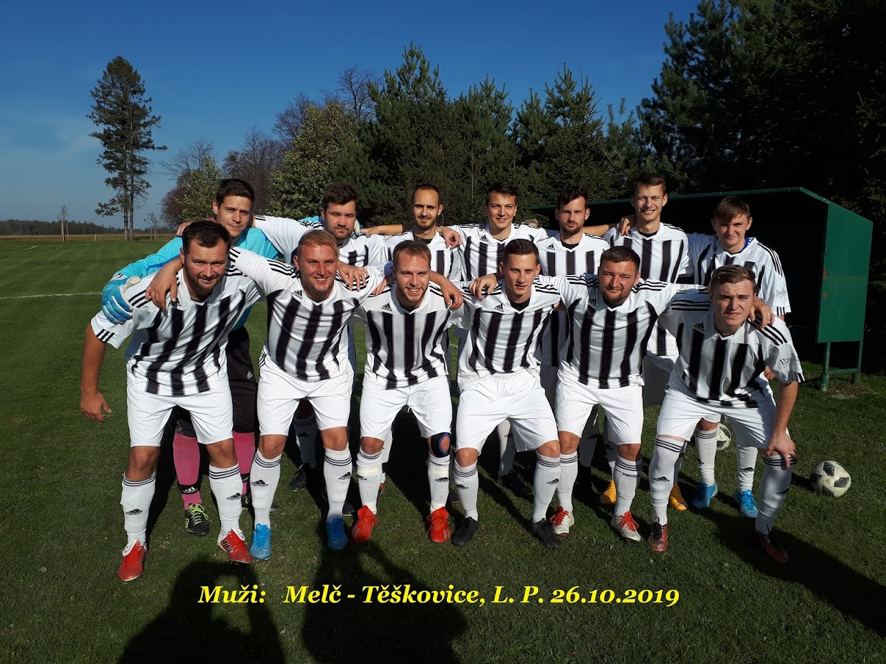 Mužstvo Těškovic pozuje před fotbalovým utkáním s Melčem.