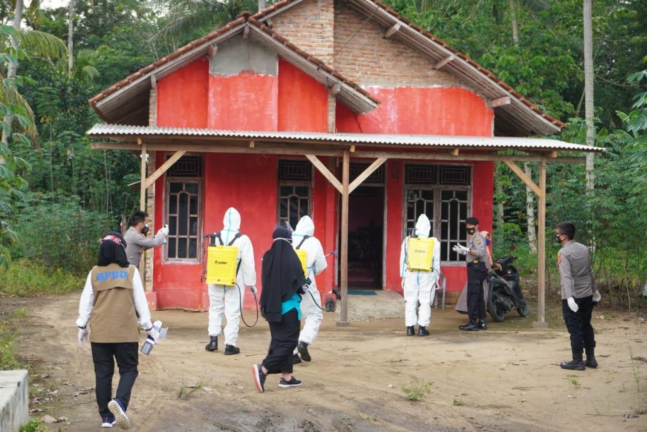 Penyemprotan disinfektan di Tiyuh Karta Raya