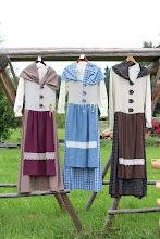 Photo: Naisten perinnehameet (varastossa valmiina olevat) Vasemmalta alkaen koot M, S, ? sinistä hametta on myös M kokona varastossa...