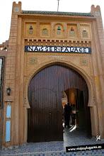 Photo: 18: Después de unas diez horas de viaje relajado con muchas paradas para disfrutar de los paisajes, etc. llegamos al albergue Nasser Palace. Estaba en Ksar Hassilabied, un pequeño pueblecito de adobe, justo enfrente de la Gran Duna.