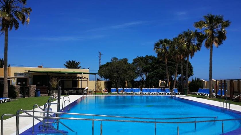 Instalaciones del camping, con su amplia piscina.