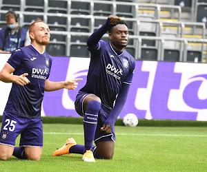 'Anderlecht heeft strijd van Duitse, Franse en Tsjechisch clubs gewonnen om spits, maar zijn huidige club dreigt met stap richting FIFA'
