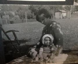 Photo: Und ich schau mir die Welt eher noch von der weichen Decke aus an... meine Mama gibt mir Halt.