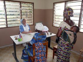 Photo: Soeur Séréna en pleine consultation ( 80 à 100 malades par matinée, 3 fois par semaine ).