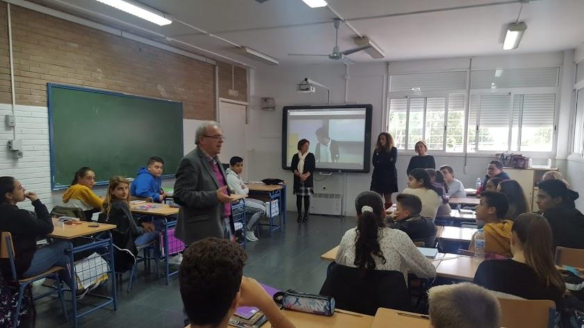 El alcalde de Vícar durante uno de los encuentros en un centro educativo.