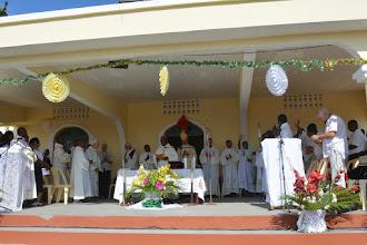 Photo: Messe sur le podium, devant l'église