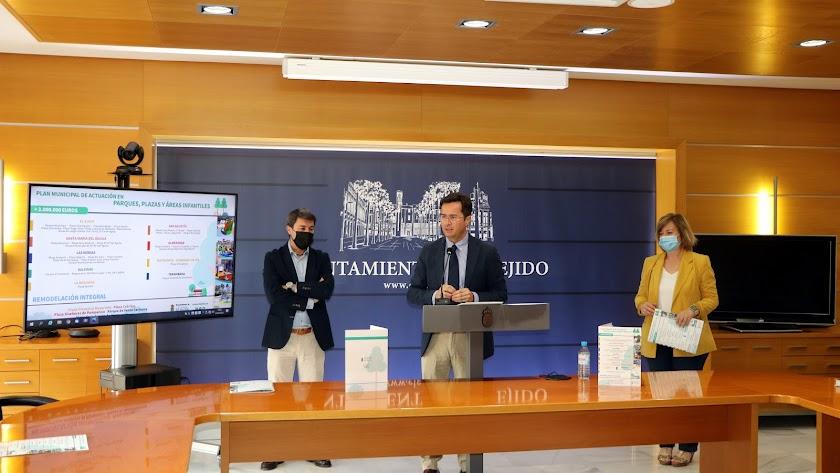 El alcalde de El Ejido y el edil y la responsable del área de Obras Públicas presentando las inversiones.