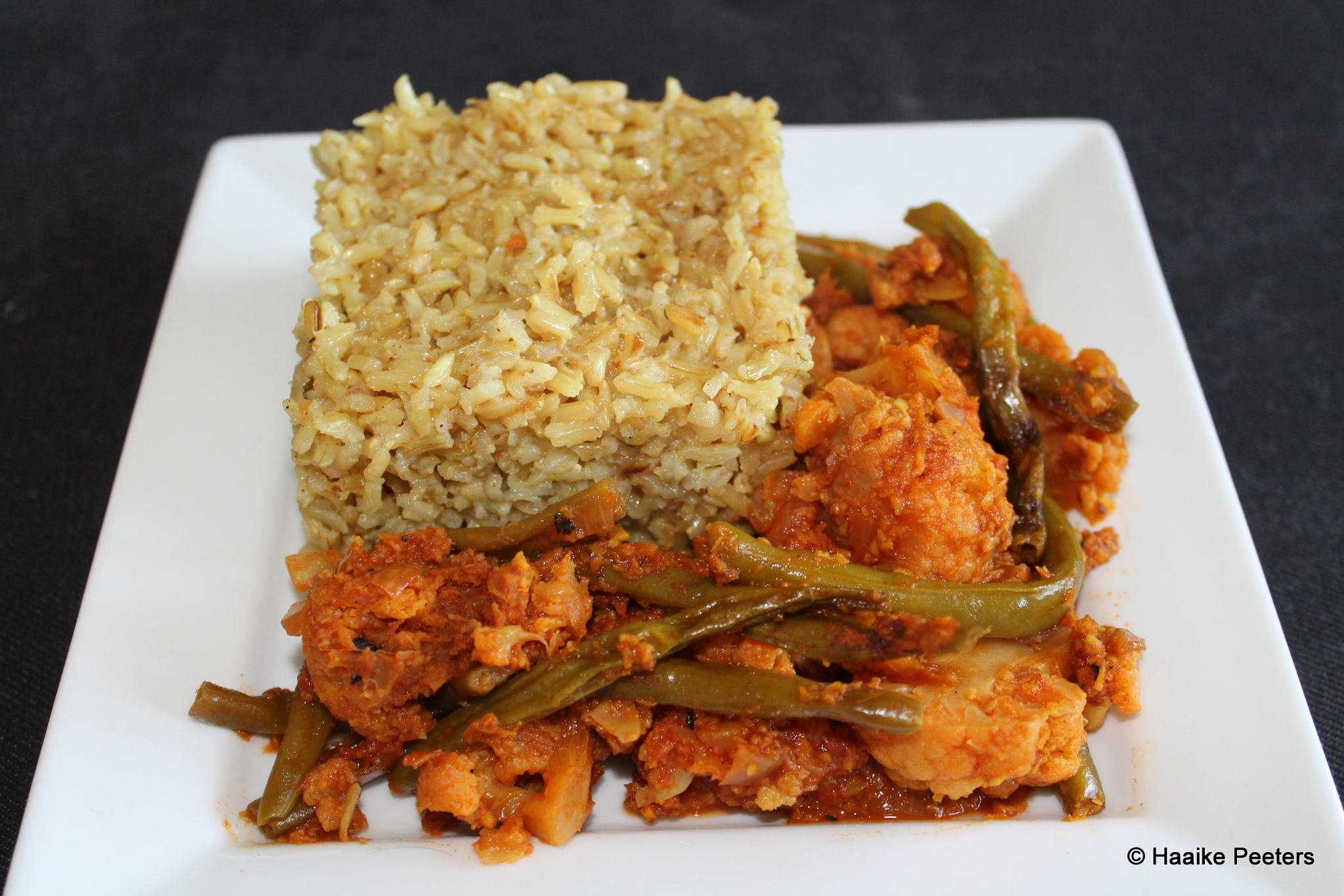 Curry met bloemkool, boontjes en rijst (De vegetariër)