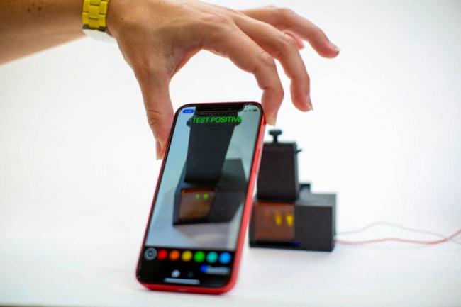 Um app para celular é usado para ler o resultado e transmiti-lo às autoridades. (Fonte: Wyss Institute/Divulgação)