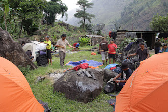 Photo: Montage du camp à Jagat (1315 m)