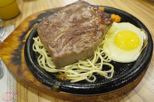 東海大學商圈平價排餐。饗厚牛排東海店。嫩肩牛排厚實鮮嫩鎖汁,焗烤豬排香味四溢表現不俗
