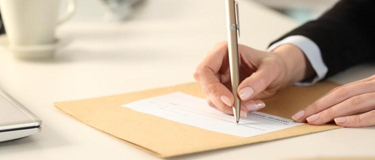 政策金融公庫融資書類を記入する男性