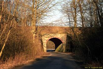Photo: Wiadukt na linii nr 246 nad drogą do Olka {Las Piwnicki; 2002-03-29}