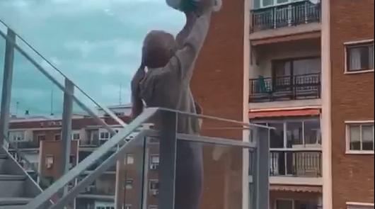 Una almeriense consigue comprar papel higiénico en Madrid y lo celebra así