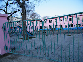 Photo: QRRS' 1st kindergarten: its playground. 中国北车齐车公司第一幼儿园操场。